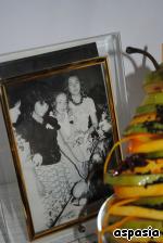 Аккуратно нанизываем все кружочки на бамбуковый шампур и устанавливаем в креманку (порций можно делать сколько угодно, в зависимости от количества народу ...) Сверху обливаем нашу бешеную грушу сиропом из апельсина, красиво посыпаем черным кунжутом, укладываем специи - бадьян, и заливаемся слезами, глядя на фото Осеннего бала...