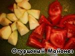 Яблоко очищаем от сердцевины (кожицу не снимаем) и вместе с помидором режем на
