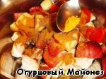 Складываем в миску обжаренную индейку, яблоко и помидор. Посыпаем карри и гарам-масалой. Перекладываем всё в сковороду, где жарилась индейка.