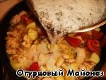 Кокосовую стружку размешиваем в тёплой воде и заливаем полученной смесью содержимое сковороды.