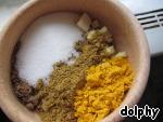 Тем временем в ступке соедините имбирь, чеснок, кориандр, гарам масалу, куркуму и соль.