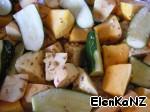 Курица в духовке, займемся овощным гарниром - чистим барат и тыкву, режем крупными кусками, цуккини на 4 части. Овощи выкладыаем в отдельный противень, заливаем заправкой, хорошо перемешиваем.