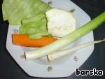 Варим овощной бульон: в воду закладываем корень петрушки, кусочек корня сельдерея, морковь, лук (у меня был порей), пару листиков капусты + 2 лавровых листика и душистый перец. Варим коренья 20 минут. В конце варки добавляем 2 ст. л. растительного/ оливкового масла.       Этот шаг можно упростить, отварив  листики лазаньи в подсоленной кипящей воде! Время - 2 минуты!