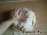 Закатываем рукава ) и замешиваем мягкое, не тугое тесто (муку подсыпаем по минимуму) *YES*.