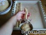 Достали тесто, прокручиваем его через мясорубку (должны вылазить колбаски-печенюшки) и складываем на протвень.