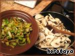 Обжаренный лук перекладываю на тарелку и в той же сковороде обжариваю грибы, предварительно посолив их и добавив по необходимости еще немного оливкового масла.