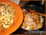 Когда грибы буду практически готовы - вынимаем их, а в сковороду отправляем еще 3 зубчика чеснока с морепродуктами.