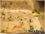 На дно смазанной маслом формы (я использую форму-кирпичик для хлеба) выкладываем немного соуса, на который кладем два листа лазаньи. На листы выкладываем наши обжаренные лук и чеснок, которые также сверху покрываем соусом.