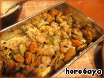Грибочки опять-таки накрываем листами и выкладываем последний слой начинки - морепродукты. По старой доброй традиции их также покрываем соусом.