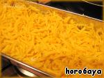 Всю эту красоту накрываем последними двумя листами лазаньи, обмазываем их остатками соуса и посыпаем тертым сыром.