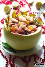 Выкладываем салат в подготовленную вазочку из помело. На столе смотрится очень празднично!