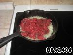 В раскаленное масло опускаем сначала лук, а потом, когда лук обжарится, добавляем жарить мясо (не солим и не добавляем специй!).