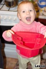 Помощничек радуется одному из Марининых подарков - силиконовой форме для выпечки в виде елочки. В ней и будем готовить торты.
