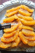 На поверхность торта я выложила очищенные от альбедо и перегородок апельсины, обильно посыпала коричневым сахаром и фламбировала это дело паяльной лампой. Сахар запекся с апельсиновым соком и получилась карамельная корочка.