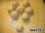 Из муки, соли, уксуса и воды замешать крутое тесто.   Замешанное тесто оставить отдыхать, а тем временем заняться приготовлением начинки.   В дальнейшем тесто разделить на 8 частей, из них и получатся 8 завитушек.