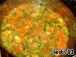 Нарезать свежую зелень, добавить в суп.