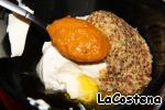 Соединим сметану, яблочный уксус, оливковое масло, дижонскую горчицу и тапенаду из желтого перца.