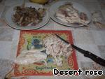 Куриное филе нарезать мелко, потушить на сковородке с небольшим количеством воды до готовности, посолить, посыпать красным молотым перцем.