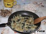 Лук нарезать полукольцами, обжарить на оливковом масле до золотистого цвета. В конце добавить чеснок, нарезанный пластинками.