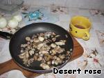 Шампиньоны нарезать пластинками, выложить в сковородку, добавить 1/2 стакана воды, соль. Потушить под крышкой 5 минут. Образовавшийся грибной «бульон» слить в чашку, не выливать! Выпарить воду из грибов.