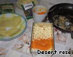 Затем кладем тыквенное пюре, посыпаем базиликом и сыром. Этот слой полить соусом слегка, так он достаточно влажный из-за тыквы. Кладем пластинки лазаньи.