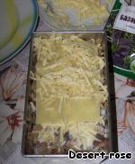 Последняя начинка – грибная. Кладем шампиньоны и оставшийся жареный лук. Также базилик и сыр. Соус. Сверху накрываем пластинами лазаньи, посыпаем сыром.