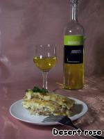 Все, лазанья готова! Отрезаем кусочек, наливаем белое вино. Ужин по-итальянски готов!      P.S. Я люблю, когда много сыра. Поэтому, я каждый слой посыпала сыром более, чем щедро))). Но, в этом случае, начинка после сервировки начинает предательски вытекать  - сыр-то расплавился!