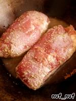Обжарить грудки в хорошо разогретом масле до золотистого цвета с 2 сторон. Приблизительно по 5-6 минут с каждой стороны. После чего, грудки выложить на тарелку, смазать горчицей и накрыть фольгой.