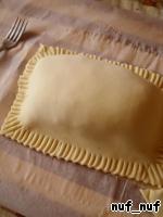 Поверх выложить второй пласт и, аккуратно прижимая вилкой, соединить края. Лишнее тесто обрезать.
