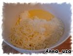 В отдельной посуде смешать весь творог рикотта, 1/2 стакана моцареллы и 1/4 стакана пармезана. Отдельно взбить яйцо и добавить в сырную смесь, всё хорошо перемешать.