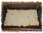 На дно формы (я использовала форму 22,5х32,5 см) вылить немного томатно-мясного соуса так, чтобы дно было им покрыто. Сверху выложить листы лазаньи, затем 1/3 часть яично-сырной массы. Опять повторить:    томатно-мясной соус,   листы лазаньи,   яично-сырная масса, и последний раз:   томатно-мясной соус,   листы лазаньи,   яично-сырная масса.