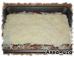 Смешать остатки сыра: 1/2 стакана моцареллы и 1/4 стакана  пармезана. Посыпать верхний слой лазаньи этой смесью.
