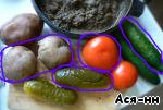 Картофель отвариваем в мундире, остужаем, нарезаем, так же нарезаем, соленый огурец, свежие огурец и помидоры, добавляют, если они есть в наличии. Раньше это было в основном летом. Цветом обведены овощи которые попали в холодное, остальное оказалось лишним.