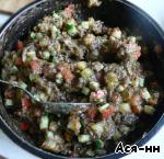 Порезанные овощи смешивают с тушеными грибами.    Основу для холодного всегда готовили накануне события.       Теперь немного о квасе (его тоже лучше приготовить заранее), квас должен быть домашним (хлебный или из покупной закваски), чуть сладким и с кислинкой. Чтобы квас приобрел нужную кислинку, делать его надо либо на компоте из сушеных яблок, либо добавить в закваску пару горстей, раздавленных ягод с кислинкой (клюква, брусника, черная смородина и т. д.).