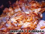 Картофель очистить, отварить в подсоленной воде до готовности. Приготовить пюре из картофеля, сливок и сливочного масла.    Лук и грибы нашинковать тонко. На растительном масле обжарить лук, добавить грибы, обжаривать вместе минут 5.   Филе камбалы нарезать небольшими полосками и добавить к жареным овощам. Обжаривать в течение минуты.   Помидоры мелко нарезать. Добавить в сковороду томатную пасту, помидоры, приправы.    Периодически помешивая, готовить на среднем огне минут 10.