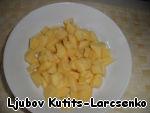 Картошку чистим, нарезаем кубиками, кладём в воду и после закипания солим. Варим и чуток не довариваем, чтобы не потерялась фактура картошки после закладывания зелени.