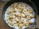Cut the bananas in thin slices in a greased baking pan pour half of the batter, spread on top of bananas.