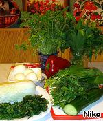 Все ингредиенты для салата. Крапива, сныть, капуста, огурец, петрушка, черемша, перец, яйца, укроп.
