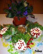 Разложить по вазочкам и придать праздничный вид.