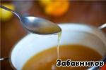 Соедините в миске сахарный сироп, лимонный и апельсиновый сок,    распущенное масло и перемешайте до получения однородной смеси.