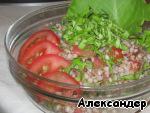 Перемешиваем кашу, помидоры и салатные листья. Выдавливаем чеснок, приправляем растительным маслом и, если надо, солью.  Проще не бывает, зато КАК вкусно!