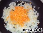 Морковь натираем на терке, добавляем к луку и чесноку.