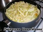 В кастрюле разогрели растительное масло, обжарили раздавленный чеснок с луком.    Нарезали кабачки, картофель, морковь и отправили в кастрюлю.