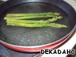 В глубокую сковороду налить воды и довести до кипения. Посолить и выложить спаржу. Сковороду чуток отодвинуть на край конфорки, чтобы варились только стебли, а не кончики. Варим 10 минут.