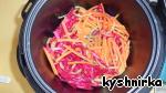 Затем добавить морковь, перец и свеклу, все перемешать и жарить еще 5 мин., пару раз помешав.