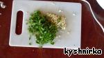 Времени необходимо 40 мин.   Затем мелко нарезать чеснок, зелень и шпиг (сало).