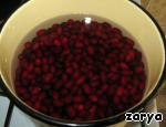 Засыпаем ягоды в эмалированную кастрюлю и заливаем водой, чтобы она покрыла плоды примерно на палец. Закрываем крышкой и варим их 30-40 минут на медленном огне до размягчения.