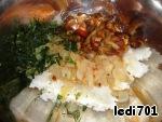 В чашке смешать рис, грибы, лук и мелко нарезанный укроп. Заправить майонезом.