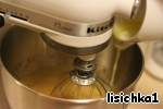 В чаше взбить яйца с сахром и кукурузным сиропом. Когда сахар растворится, добавить растопленное масло, соль и ванильный экстракт.