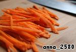 Морковь нарезаю соломкой и тоже мариную в смеси рисового уксуса (2 ст. л.), сахара (1 ч. л.) и растительного масла (1 ст. л.)
